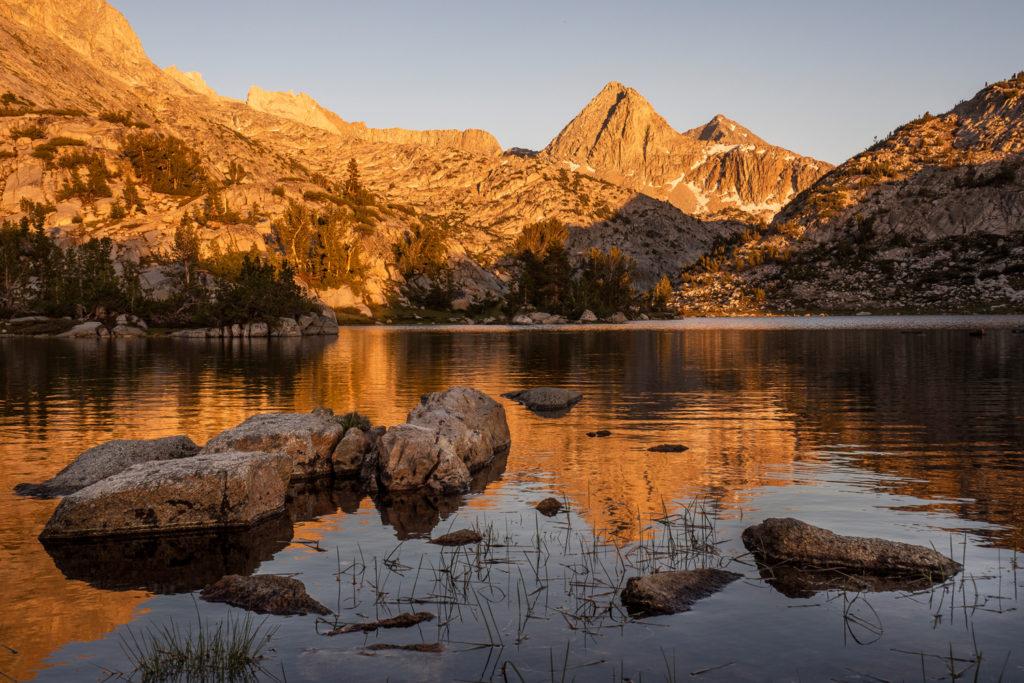Sonnenuntergang am Evolution Lake mit Mount Spencer