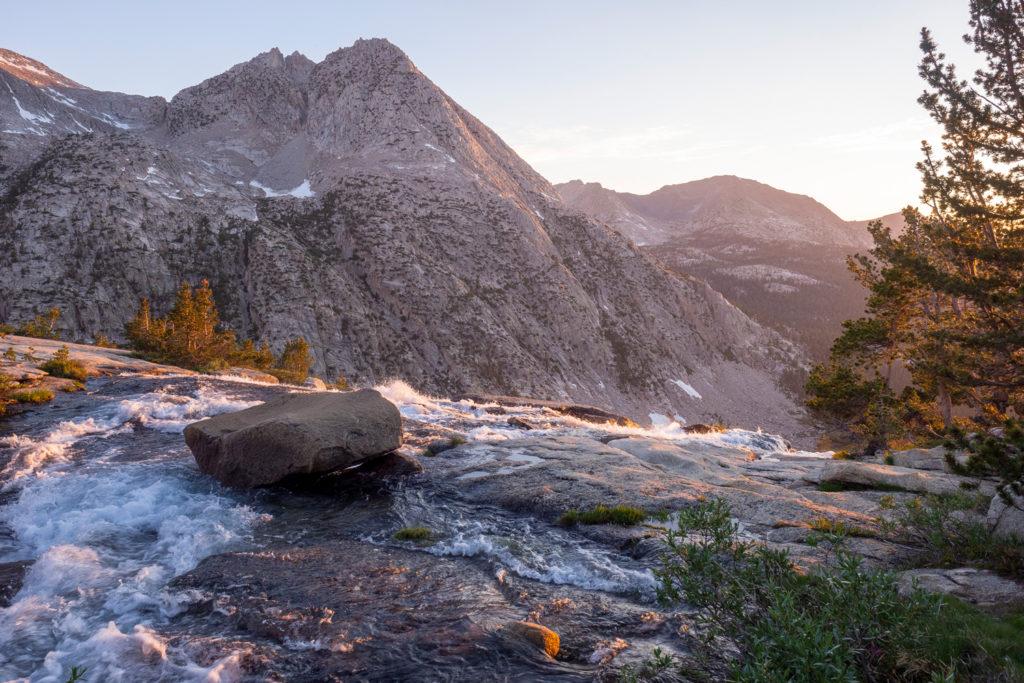 Sonnenuntergang beim Wasserfall des Evolution Creek