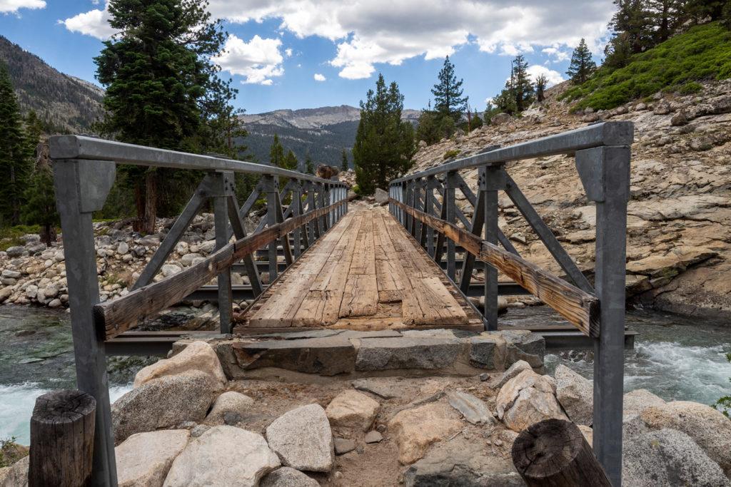 Die Brücke über der Grenze zwischen John Muir Wilderness und Kings Canyon National Park