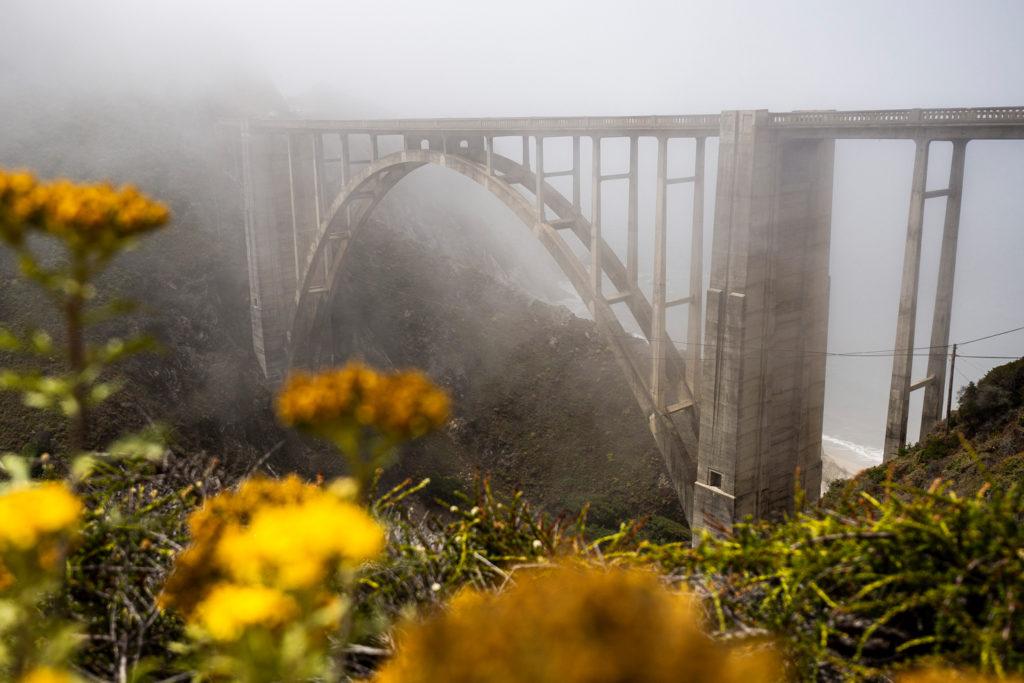 Die berühmte Bixby Bridge im Nebel