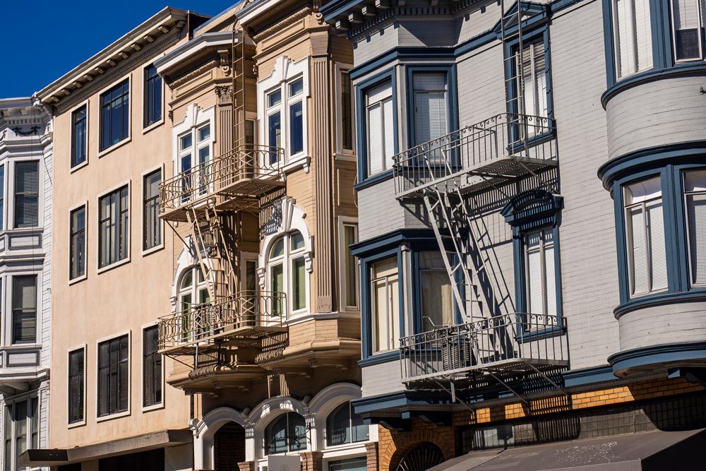 Feuerleitern an den Fassaden der Häuser in San Francisco