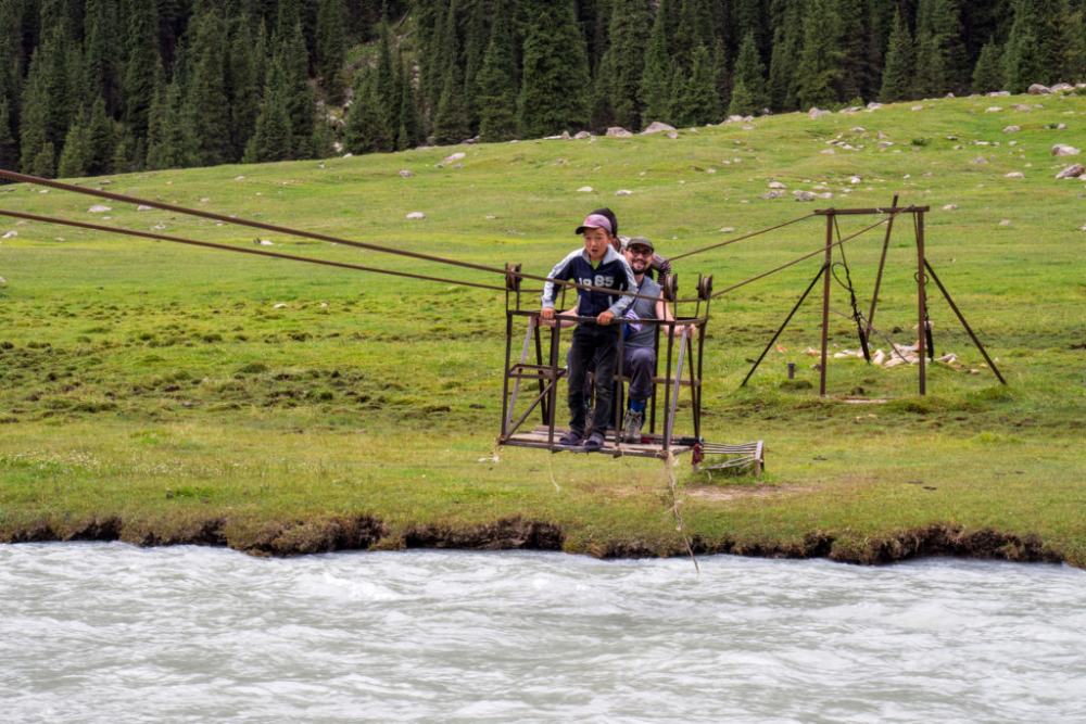 Seilbahnfahrt über den Kyzyl-Suu-Fluss