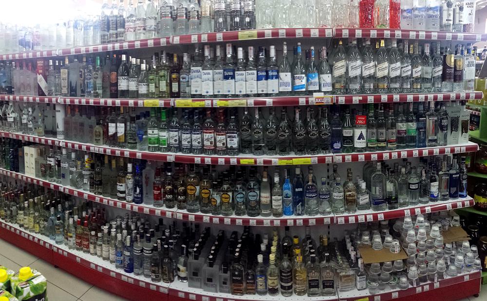 Wodka-Auswahl in einem kleinen Supermarkt in Kirgistan